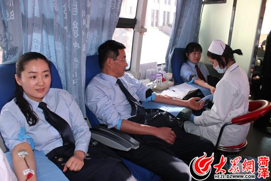 菏泽市国税局工作人员正在献血图片