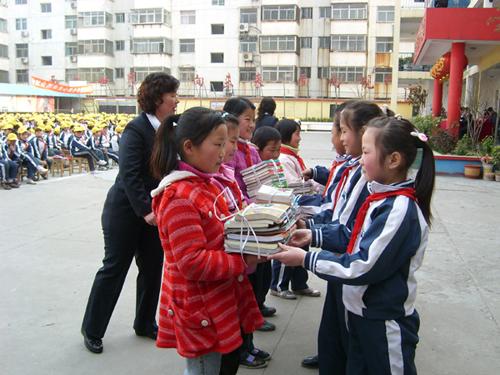 4000册小学赠给图书学生(图)平乡彦普农村图片