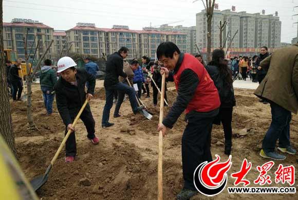 曹县人民医院植树节活动现场