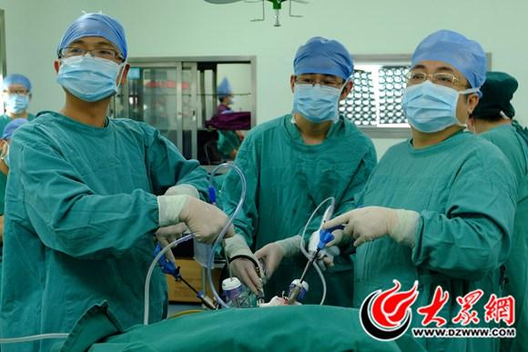 单县中心医院全腹腔镜下胰十二指肠切除术进行中.jpg