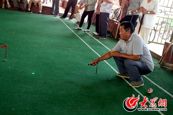 一位教练用激光笔指挥选手停球的位置高清图片