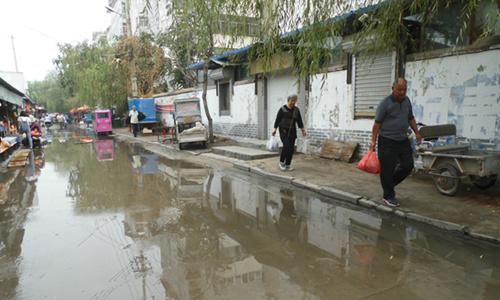 1.由于道路积水,市民正在绕行_副本.jpg