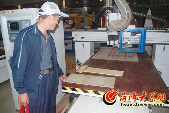 吴效信观看木工雕刻机如何制作出精美的木产品