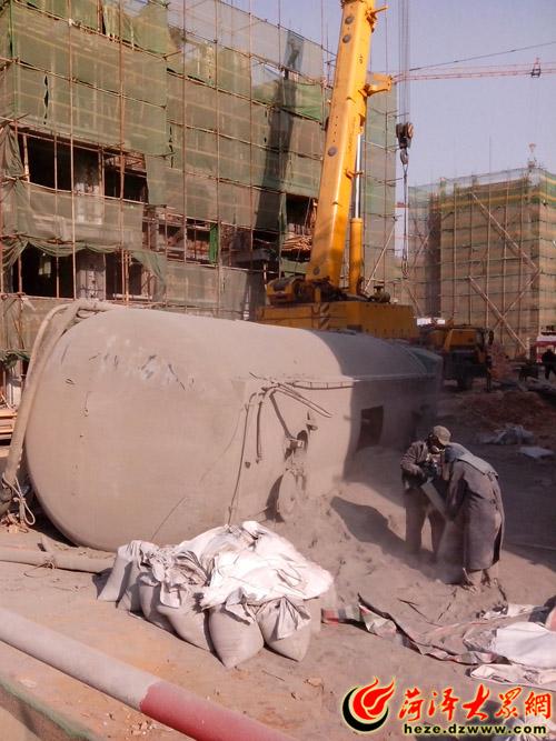 菏泽 40吨水泥罐车 栽跟头 吊车也没招