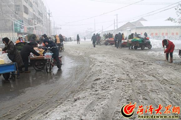 菏泽/在中和路与广福大街交叉路口的菜市场,由于下雪缘故,来此买菜...