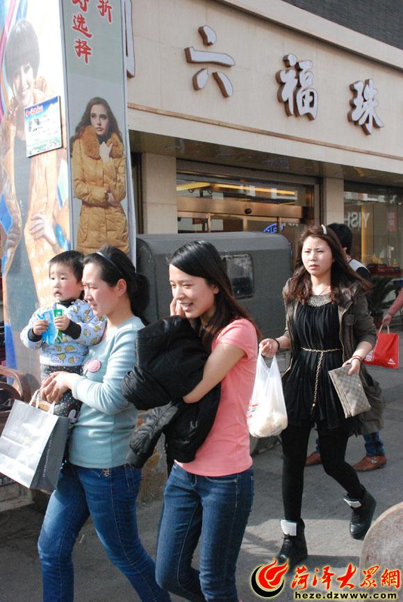 在菏泽步行街 很多行人已经换上了春装