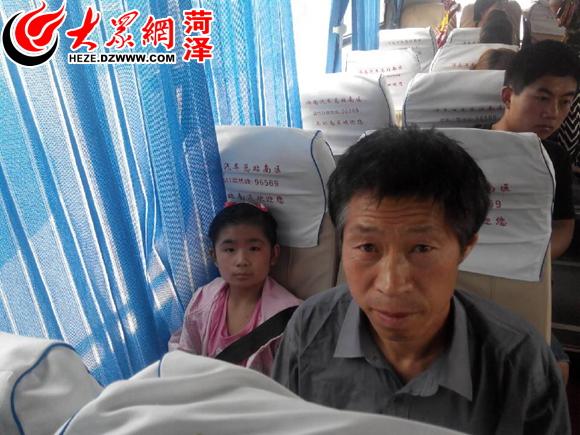 中学生义卖手绘t恤,孩子们义卖报纸,把辛苦挣来的钱捐给她.