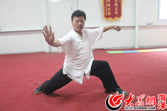 """武霈)""""白鹤亮翅"""",""""掩手红捶"""",""""搂膝腰部"""",一套""""阴阳开合""""的太极拳"""