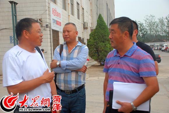 李建树与郓城县人民医院院长刘腾川(左)交流