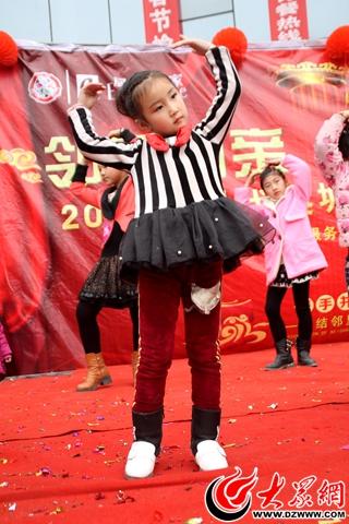小朋友表演舞蹈《小苹果》