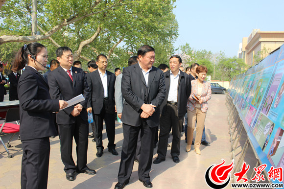 出席活动领导观看民事行政检察宣传展板