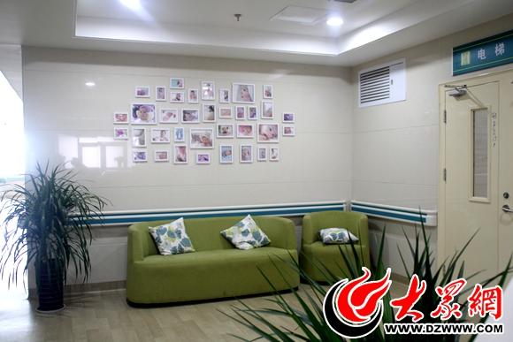 菏泽市第二人民医院家庭一体化产房外配有照片墙和沙发