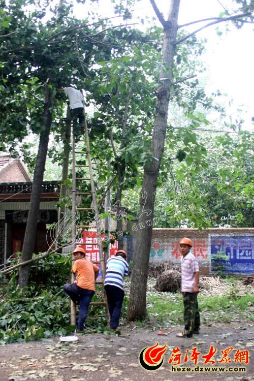 电力部门工作人员也在加紧抢修电路