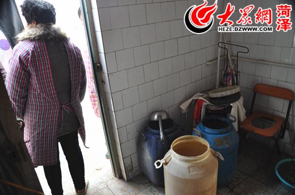 张先生家的饮用水已经停了一个多月  很多村民用水桶从外村拉来饮用水  位于东前营村深的280米的电机井  董厂村的水管遭到破坏,导致无法通水。 大众网菏泽1月13日讯(记者 郭豪 见习记者 付娜)近日,大众网网友张先生反映,郓城县丁里长镇于南村已停水30多天,给群众生活带来很大不便。1月10日,大众网记者赴郓城调查了解到,于南村、董厂村等七个村庄共用一口电机井,因董厂村水费未交,负责收取水(电)费和维护电机井的电工关了电闸,停了水。眼下春节临近,7个村的群众仍然无水可用。 一个村未交水费 七个村没水喝