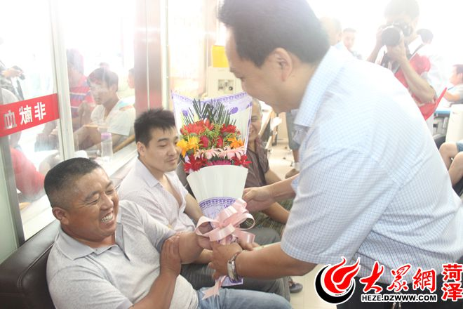 菏泽市中心血站站长巨昆向献血者送鲜花