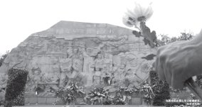 合肥市民在蜀山烈士陵园献花。