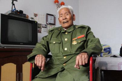 88岁的抗战老兵孟庆玉双眼有神,声音洪亮。