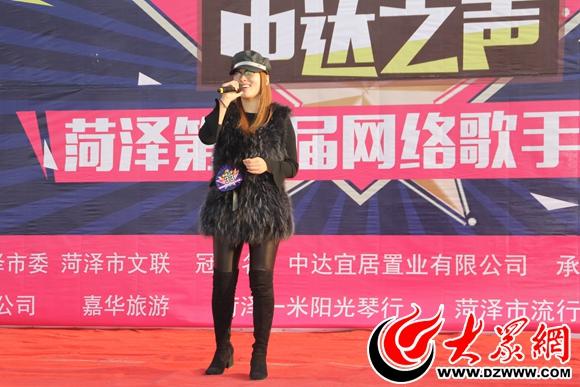 1王雅丽在台上自信演唱《山歌好比春江水》.jpg
