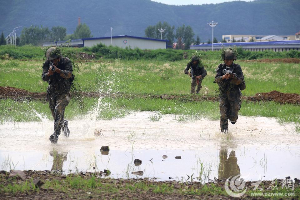 7月27日,陆军第78集团军某旅一营训练场刚刚经历了大雨的冲刷,平时黄土飞扬的训练场顷刻间一片泥泞。对于恶劣的训练环境,该营将其当做锤炼战斗作风的大好机会,仍按原计划进行实操演练。(大众网记者 张鹏 摄)