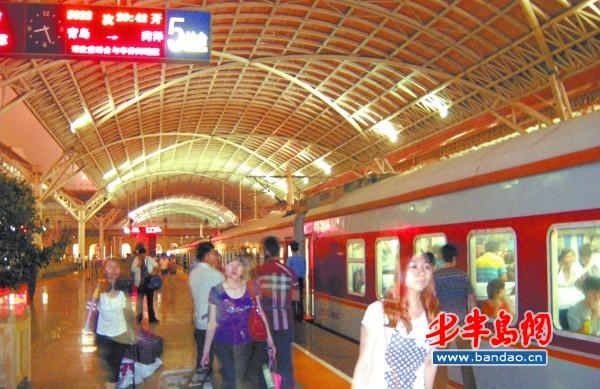 政务经济  青岛至菏泽的列车,是青岛火车站历史最长,设备最老,速度最